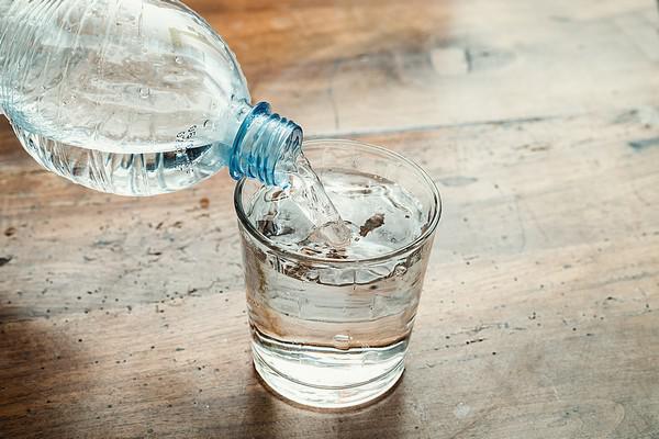 combien de verres d eau il faut vraiment boire par jour medisite. Black Bedroom Furniture Sets. Home Design Ideas
