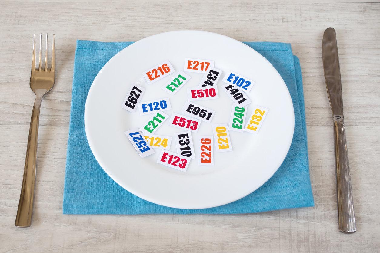 E171, colorant E102, « caramel ammoniacal », « nitrite de sodium »... Les additifs représentent parfois plus de la moitié des ingrédients surles étiquettes alimentaires. Parmi ceux autorisés dans l'industrie agro-alimentaire, un quart sont suspectés