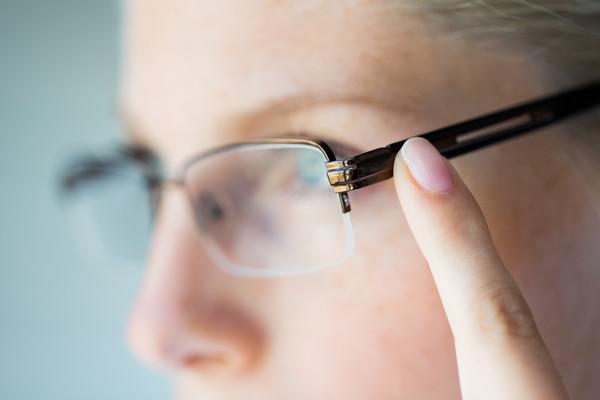 26963fabd69d8f 6 habitudes dangereuses avec vos lunettes