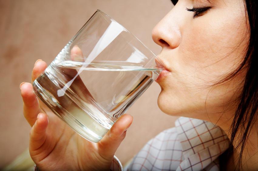 Pourquoi il en faut pas boire votre verre d'eau d'un seul