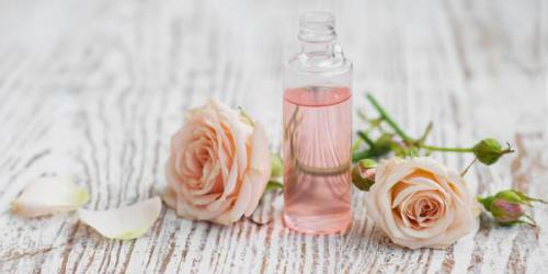 Eau de rose : un anti-ride naturel