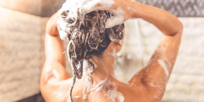Pourquoi vous devez vous laver les cheveux avant le corps