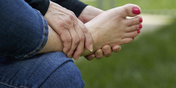Douleur et dessus du pied gonflé : quelles causes ?