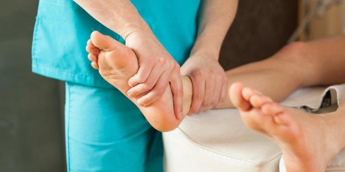 Douleur au-dessus du pied : reconnaître une tendinite