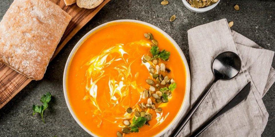 plats traditionnels d'automne et d'hiver, soupe de citrouille chaude et épicée avec des graines de citrouille, crème e...
