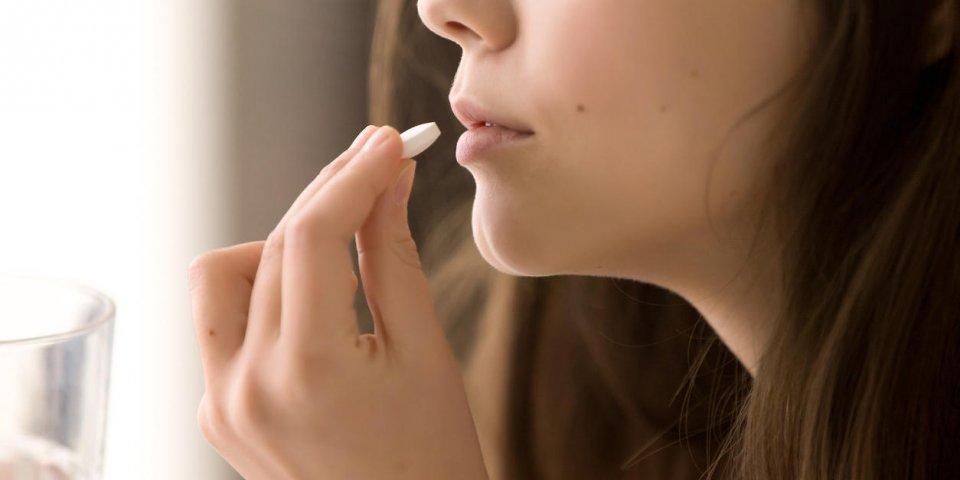gros plan, image, de, femme, mettre, blanc, pilule ronde, dans, bouche, malade, femme, prendre, médecines, antidépresse...