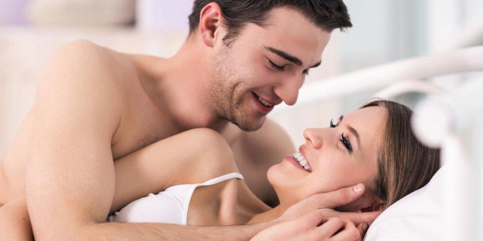 beau jeune couple d'amoureux au lit