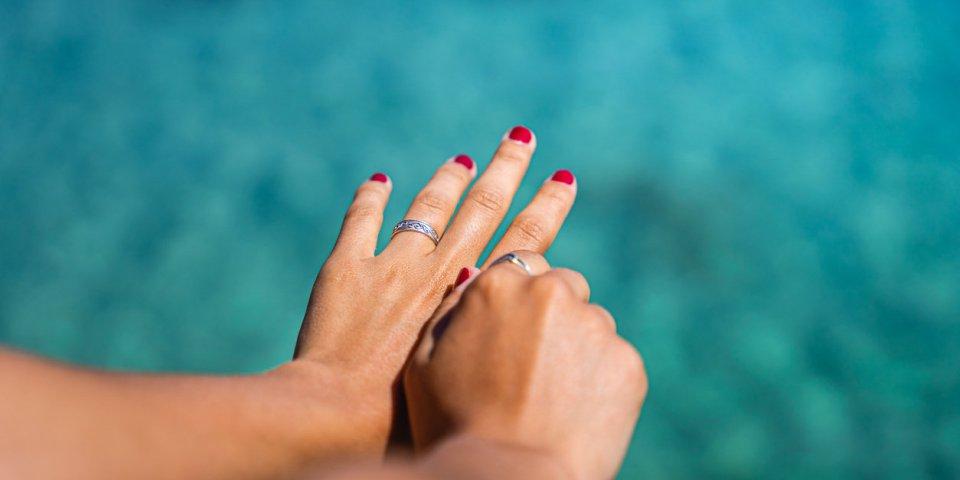 Chaleur : le secret d'une dermato pour éviter que vos doigts gonflent