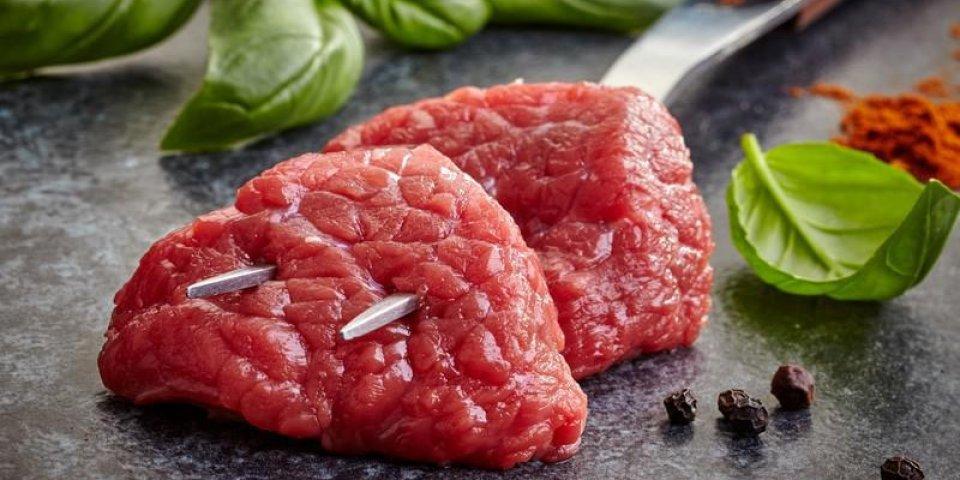 coupes de viande crue et épices