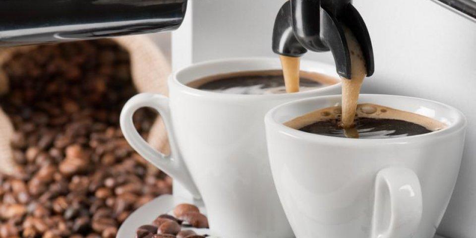 machine à café fait deux café avec des grains de café sur fond