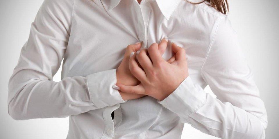femme ayant une douleur dans la zone du coeur