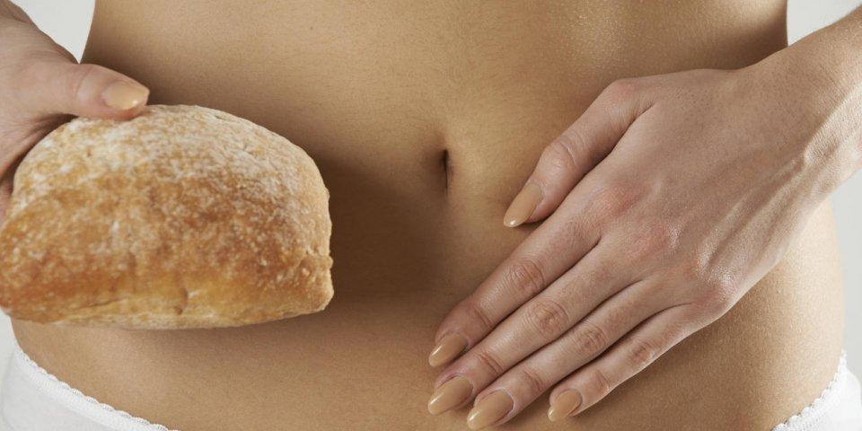 gros plan de blé intolérant femme tenant du pain