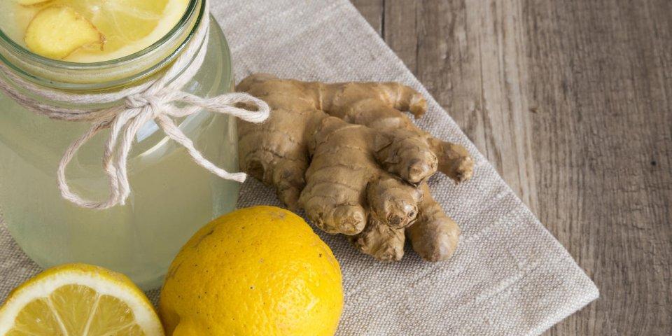 detox citron et gingembre boivent dans un bocal avec des ingrédients disposés sur une serviette