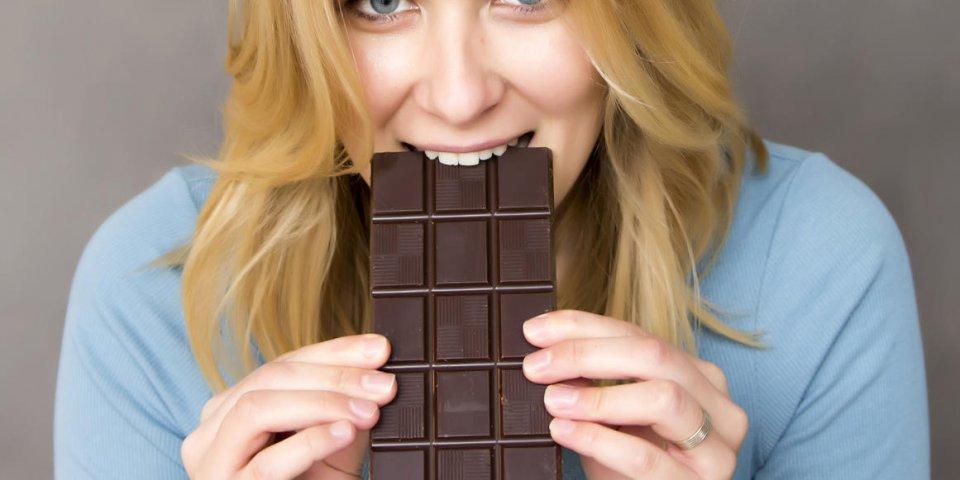 portrait de jeune femme séduisante, manger du chocolat