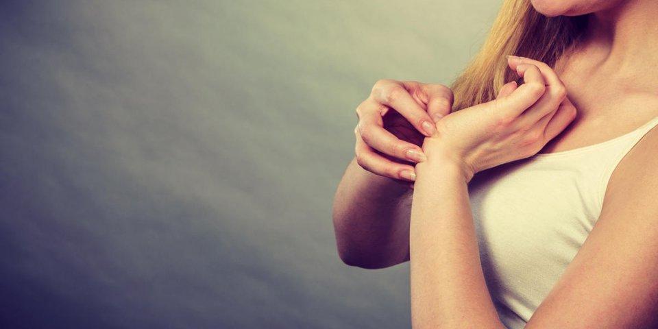 dermatologie, allergie et problème de santé jeune femme gratter son poignet démangeaison avec une éruption allergique