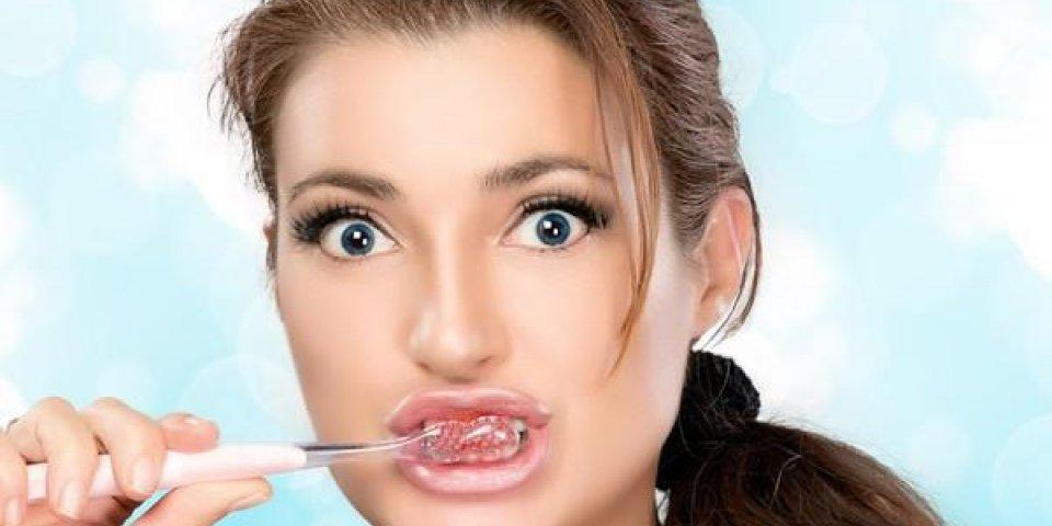 beauté jeune femme se brosser les dents