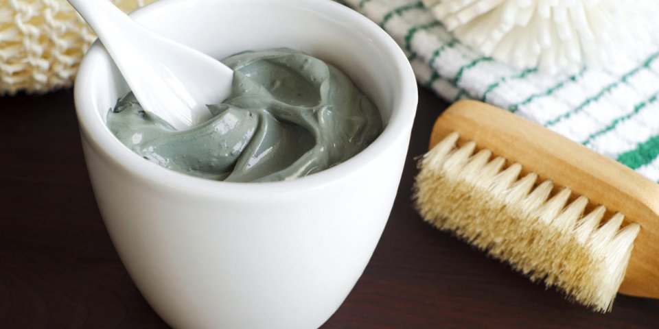 argile cosmétique grise dans un bol