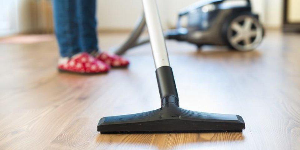 femme au foyer faisant le ménage dans la chambre