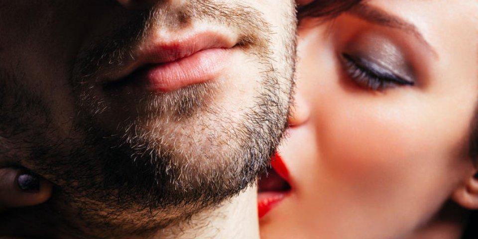 gros plan d'une femme embrassant passionnément un homme sur le cou