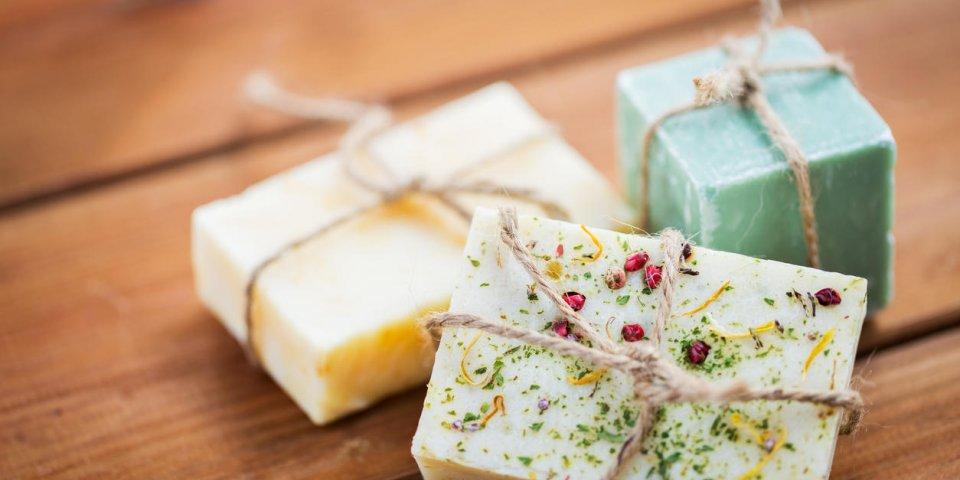 beauté, spa, soins du corps, concept de bain et cosmétiques naturels - gros plan de barres de savon à la main sur la t...