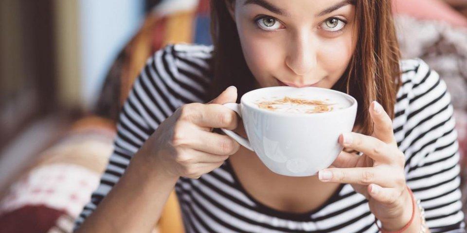 jeune femme, boire du café dans le café urbain