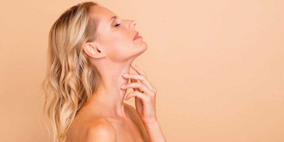 Peau du cou qui pend : 6 astuces pour la raffermir