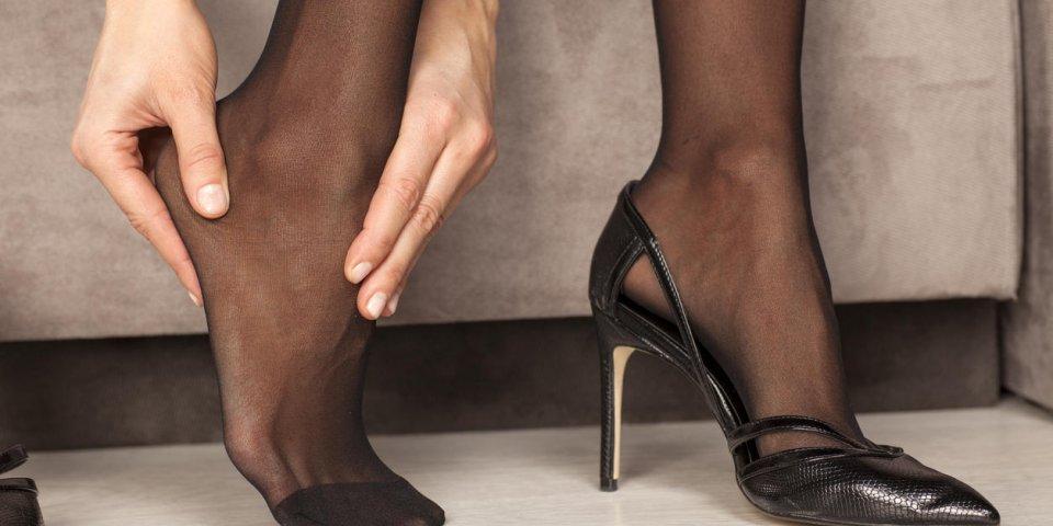 femme masser ses pieds fatigués