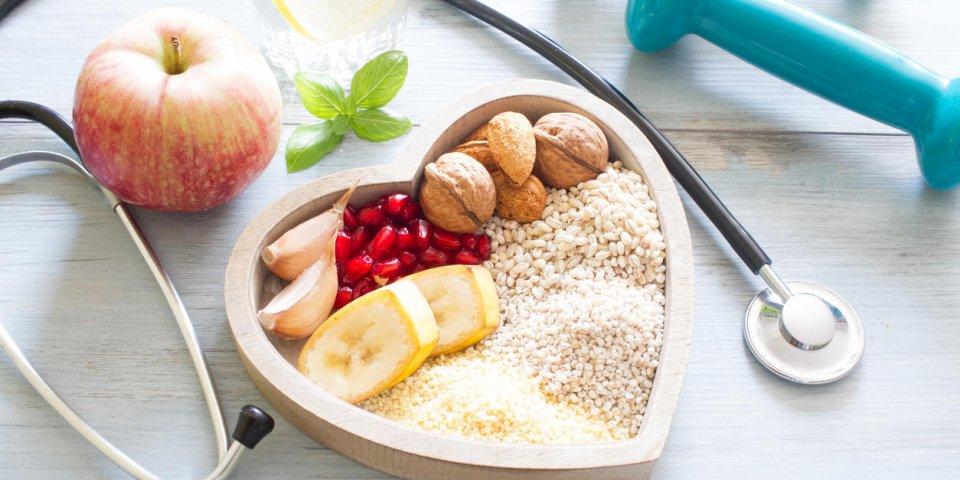 nourriture saine dans le cœur et l'eau régime sport concept de style de vie