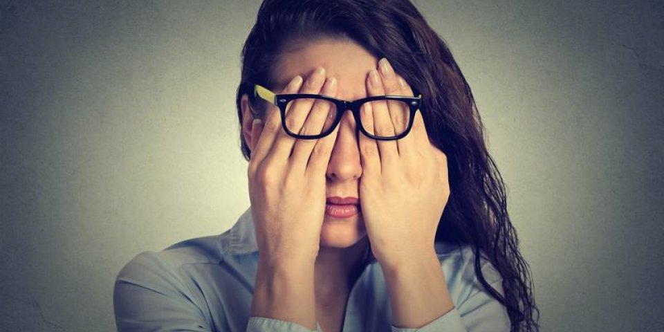 closeup portrait jeune femme dans des verres couvrant les yeux du visage en utilisant ses deux mains isolées sur fond de...