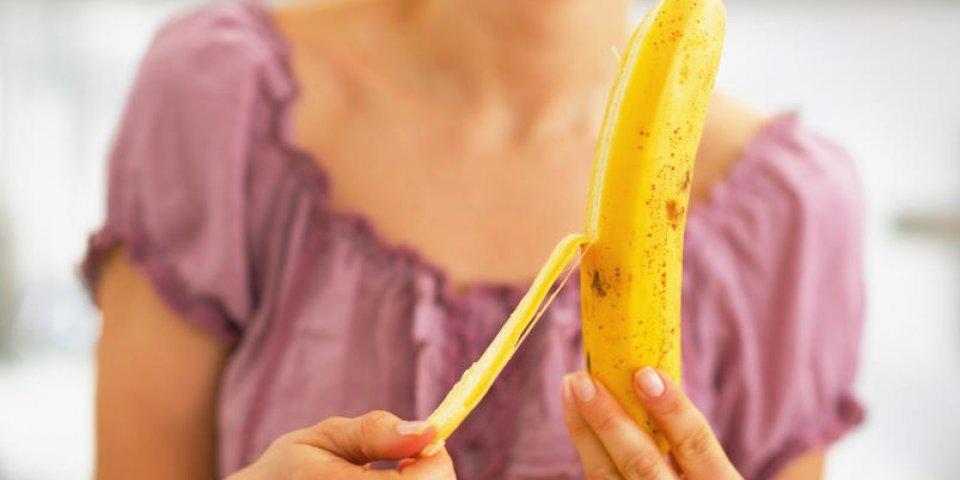 gros plan sur la jeune femme, éplucher la banane