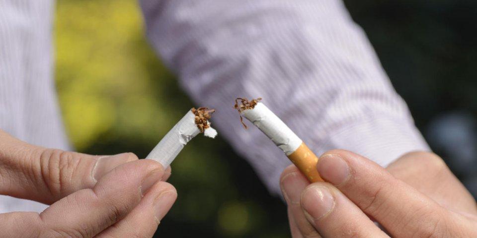 femme essayant d'arrêter de fumer