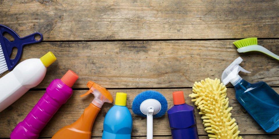 produit de nettoyage de maison sur la table en bois