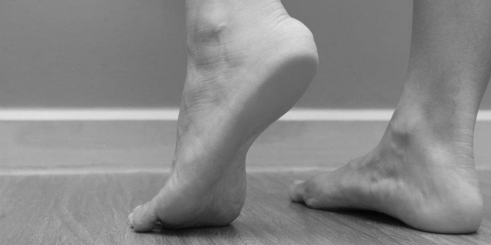 Douleur sous le pied en marchant : quelles solutions ?