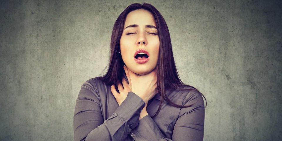 jeune femme ayant une crise d'asthme ou d'étouffement ne peut pas respirer souffrant de problèmes de respiration isolé...