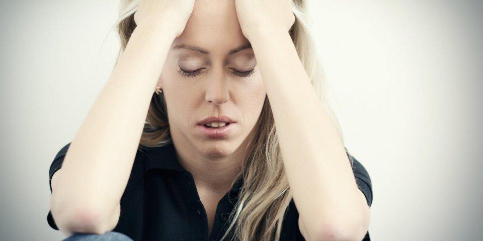 jeune femme malheureuse dans la dépression