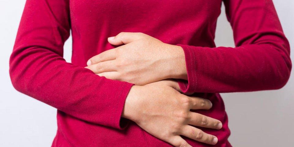 femme ayant mal au ventre douloureux sur fond blanc