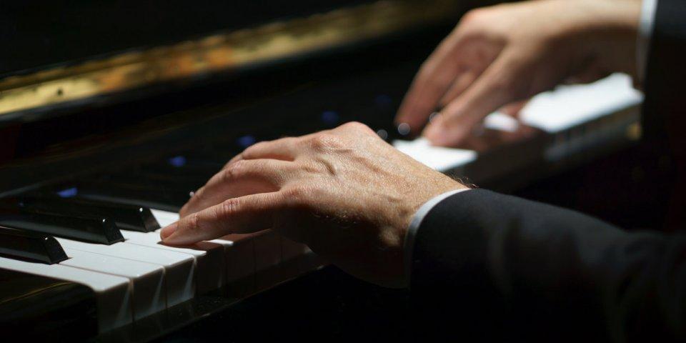 Parkinson : jouer du piano pourrait réduire vos tremblements