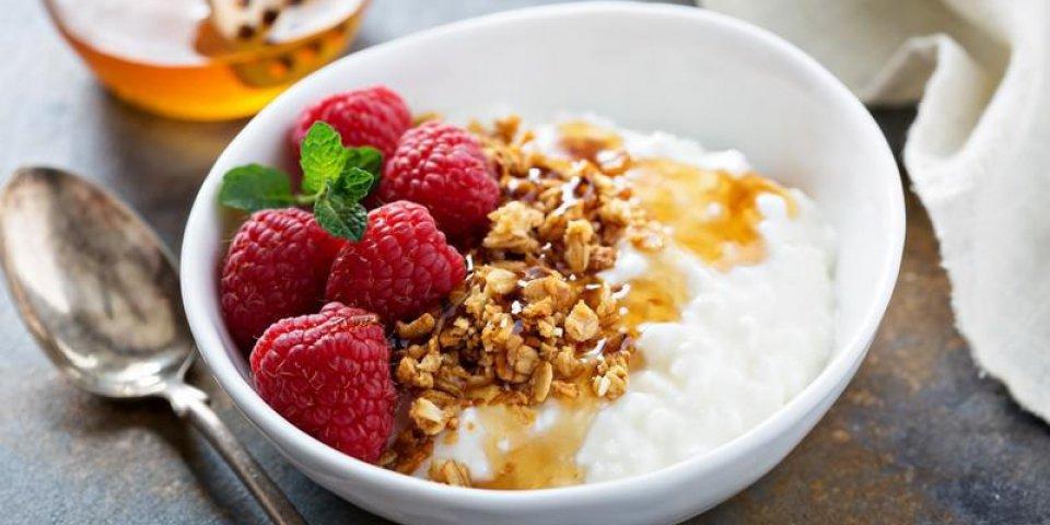 fromage cottage pour le petit déjeuner avec granola, miel et framboise