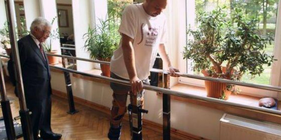 Une opération inédite lui redonne l'usage de ses jambes