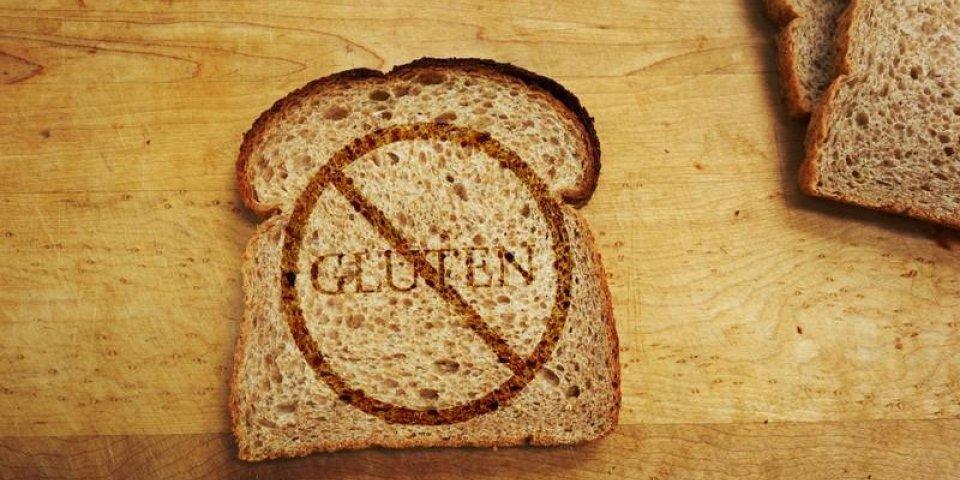 tranche de pain avec du texte de gluten - concept de régime sans gluten