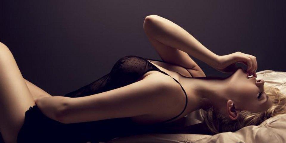 femme blonde sensuelle qui pose en lingerie sexy sombre