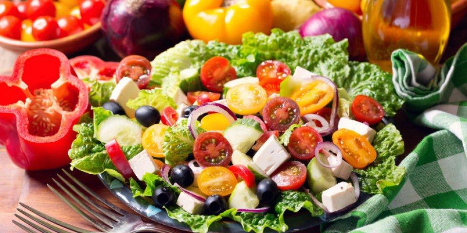 assiette de salade grecque sur la table en bois