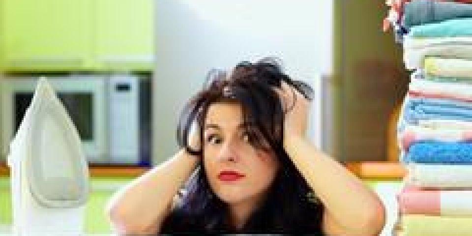 femme au foyer fatiguée après le repassage des vêtements, intérieur de la maison