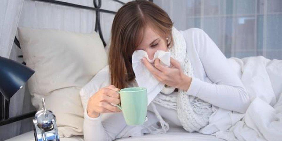 jeune femme malade au lit