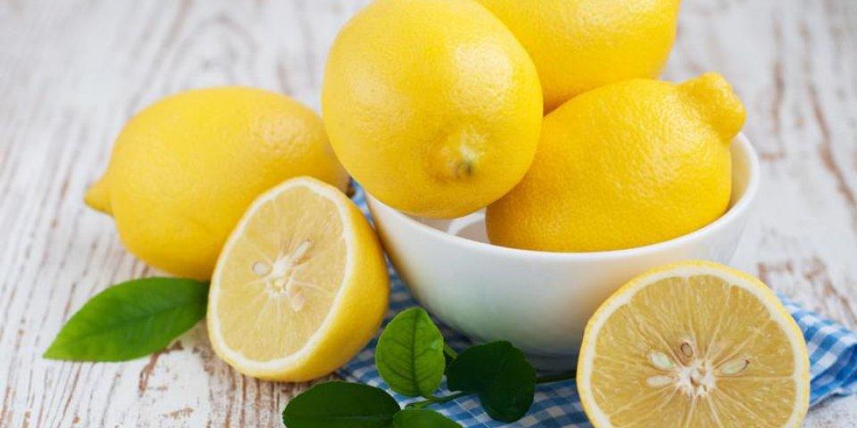 bol avec des citrons sur un fond en bois