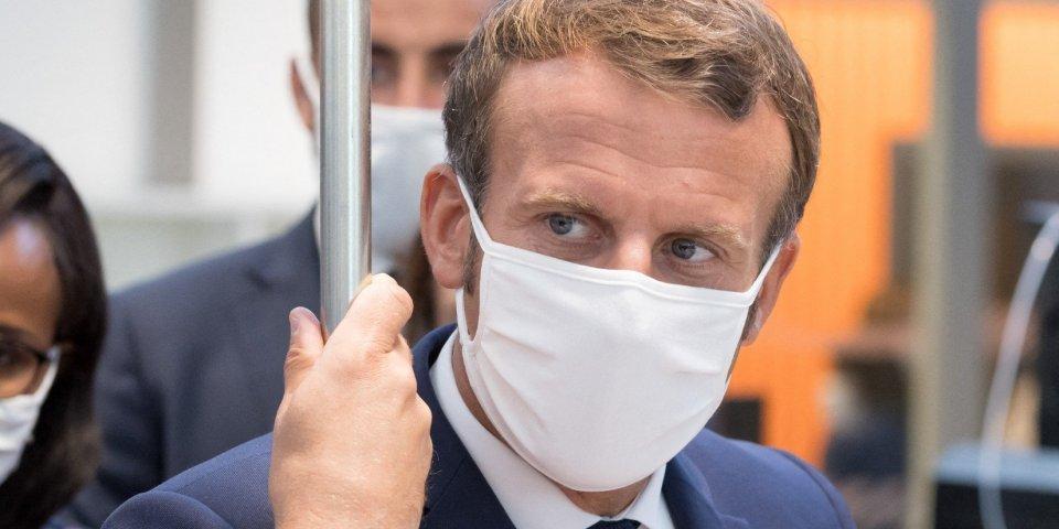 Emmanuel Macron : 3 manquements aux gestes barrières en 1 min