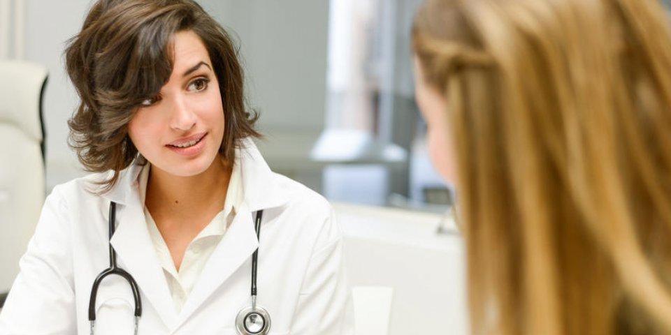 femme médecin expliquant le diagnostic à sa patiente