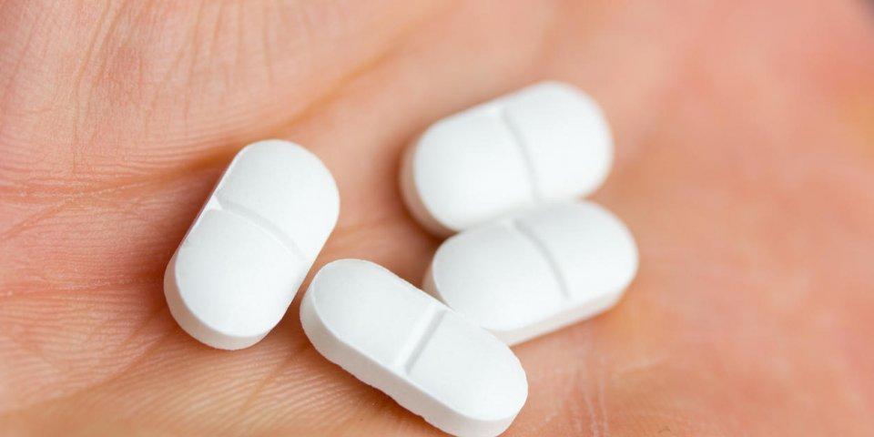 un groupe de pilules dans la paume d'une main