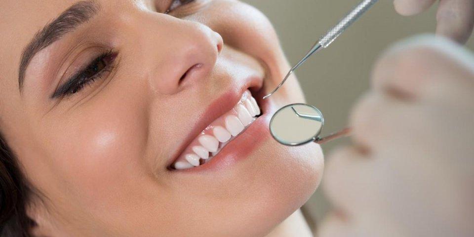gros plan du dentiste examinant les dents de la jeune femme