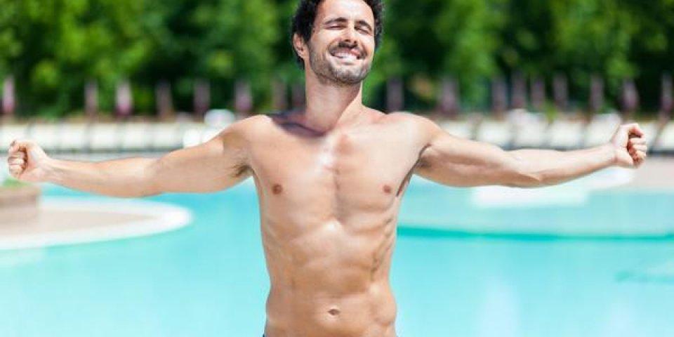 bel homme sexy dans la piscine